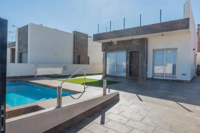 Beautiful 'Key Ready' modern 3 bedroom detached villa wi...