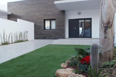 Impressive 'Key Ready' modern 3 bedroom bungalow with co...