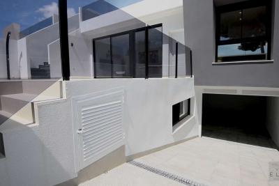 Impressive 'New Build' 3 bedroom semi detached villas wi...